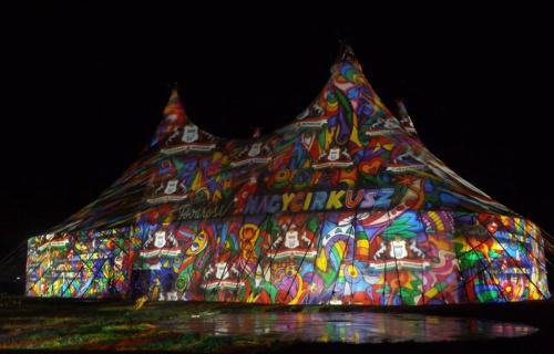 Night Projection fényfestés: a szemlélőnek élményt és információt is szolgáltat, így reklám és promóció céljára is alkalmas.